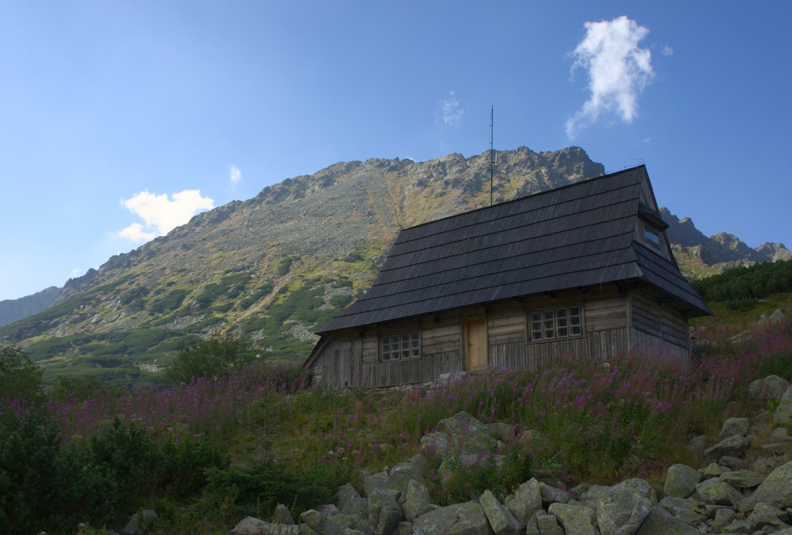 Druhá chata a v pozadí Kozi Wierch