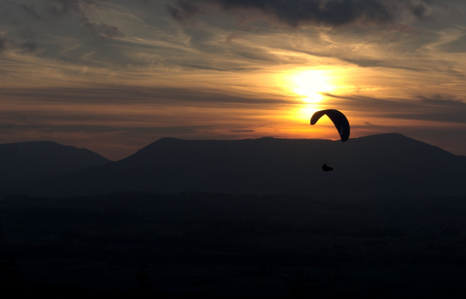 Padáčkáři při západu slunce, musí být super pocit!