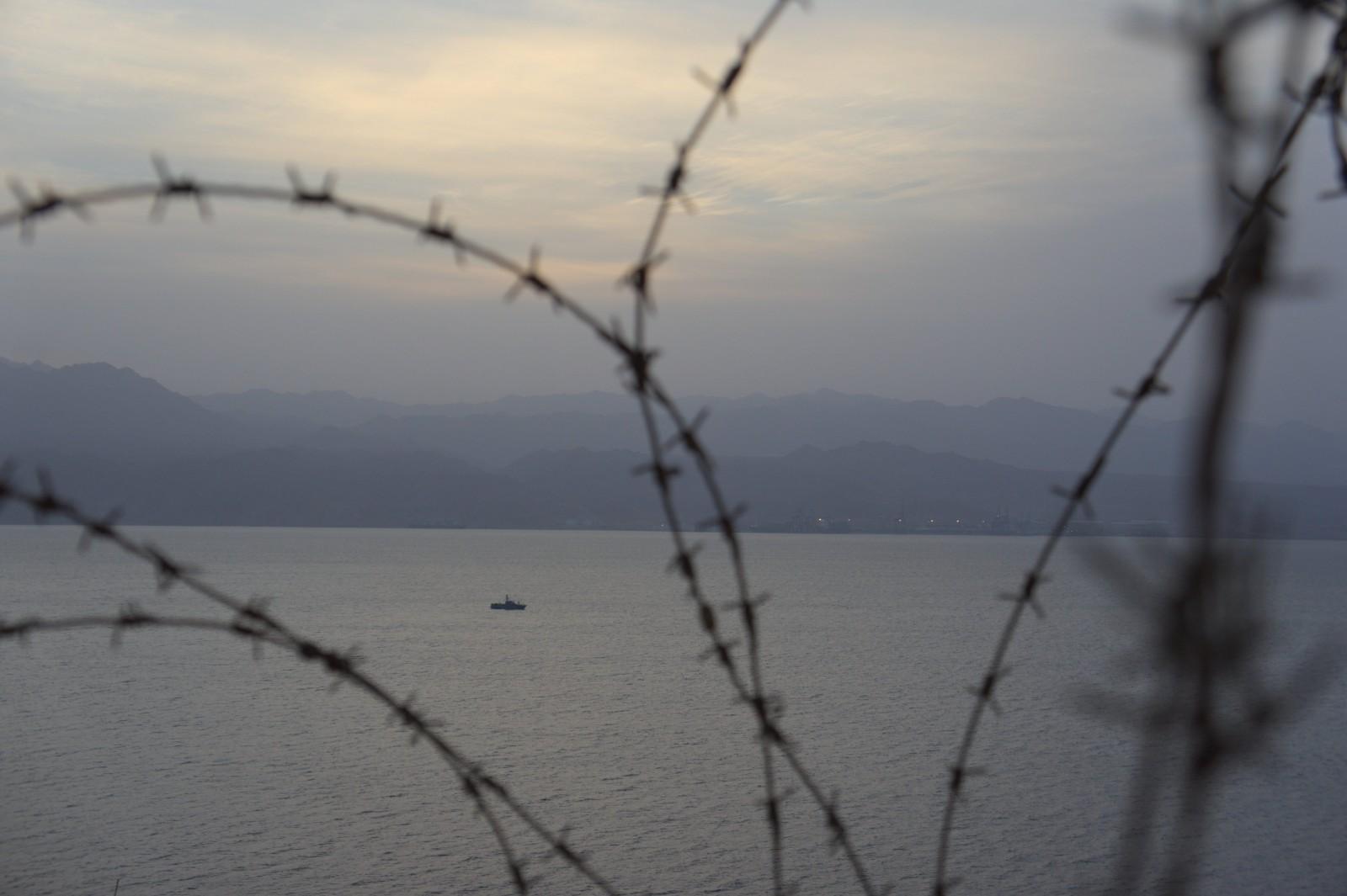 Kolem pobřeží neustále hlídkovala ozbrojená loď, v přístavu kotvil bitevník