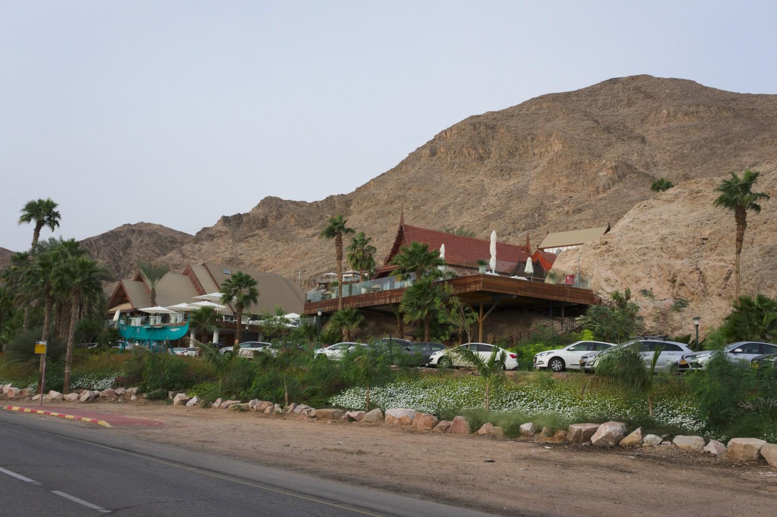 Eilat je turistickým rájem, čím blíže městu, tím více hotelů