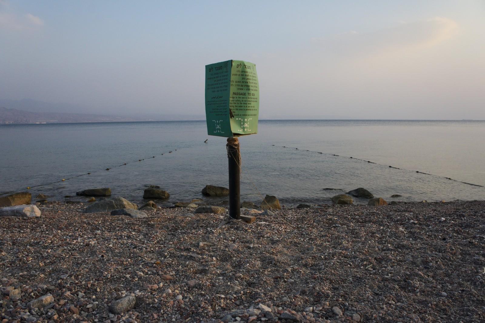 Vstup do moře byl možný jen skrze mola nebo přes úzké uličky, všude jinde byly korály