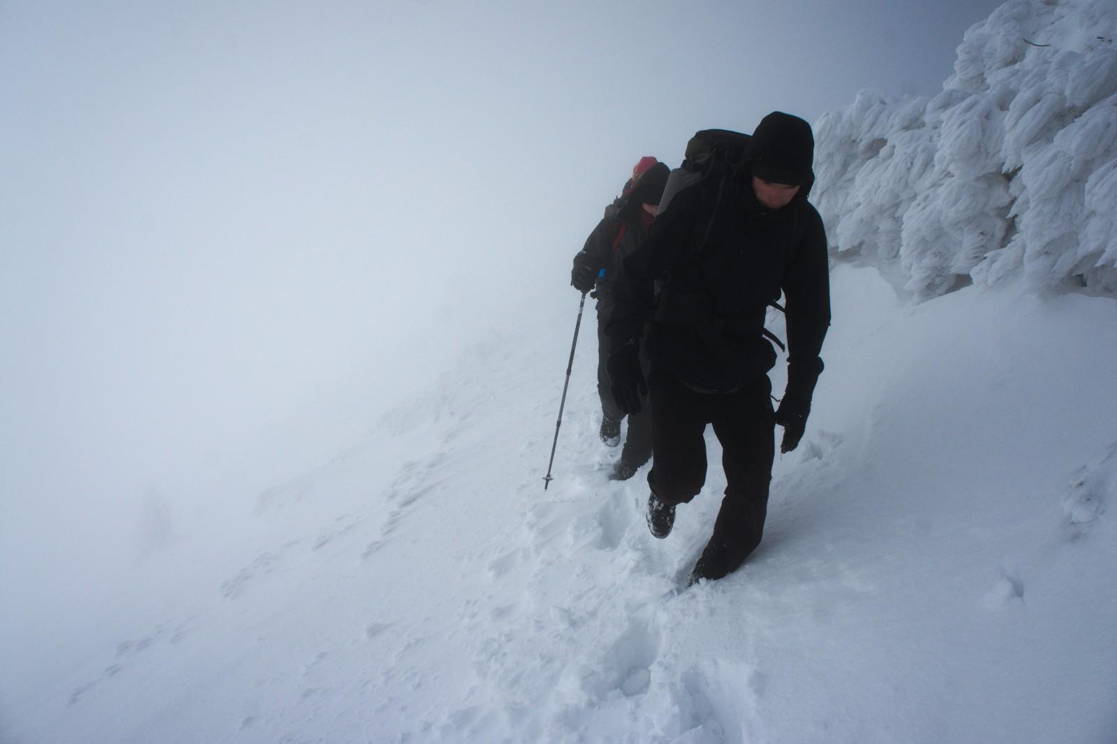 A za vrcholem mlha a neprošláplá stopa