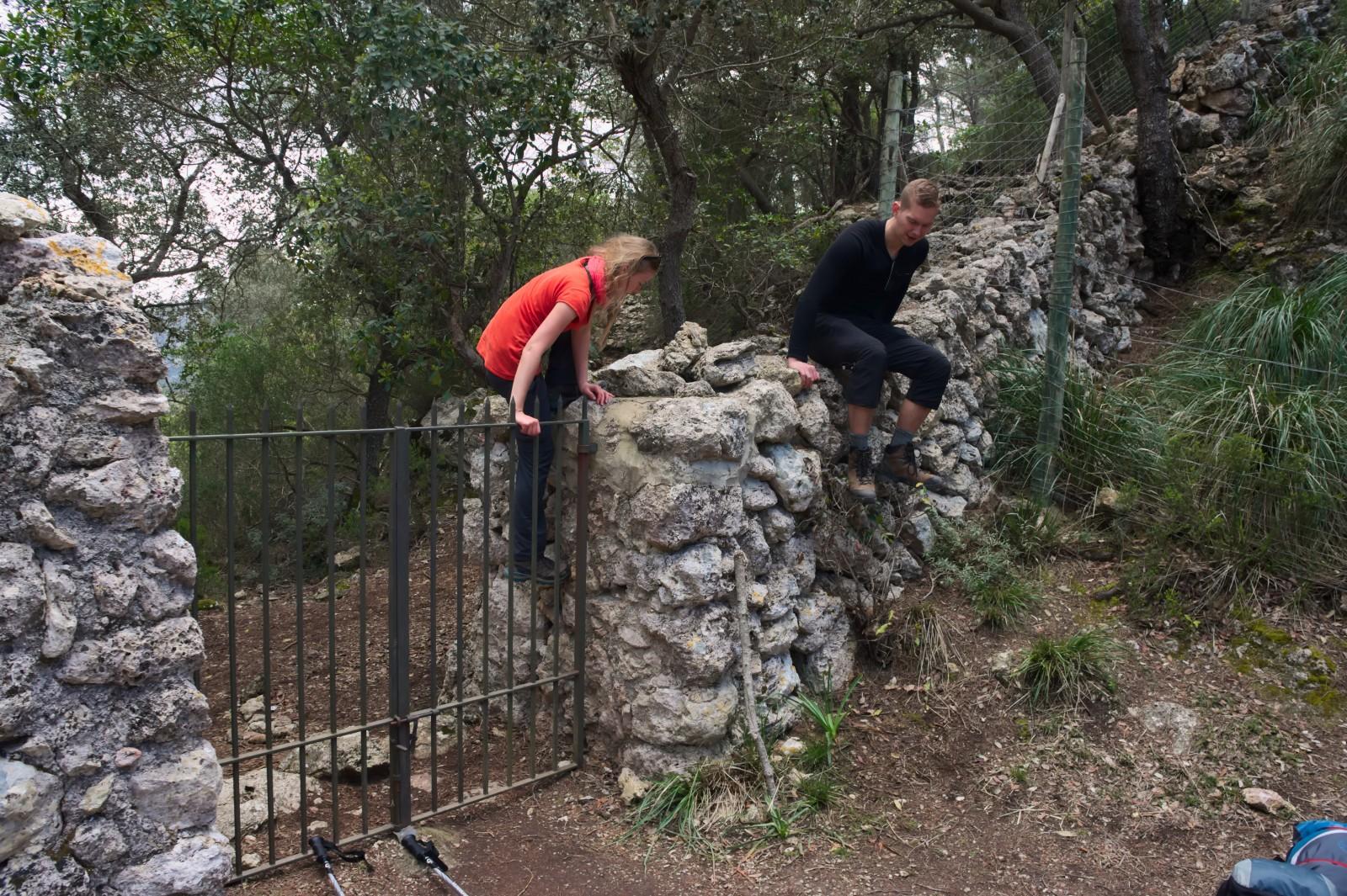 Cestou do Valldemossy jsme se nevyhli přelézání plotů