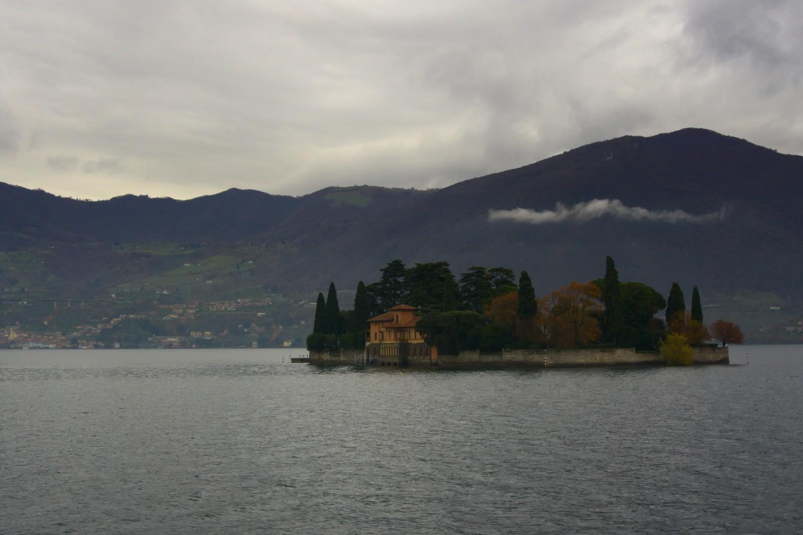 Jeden z menších ostrůvků kolem Monte Isola