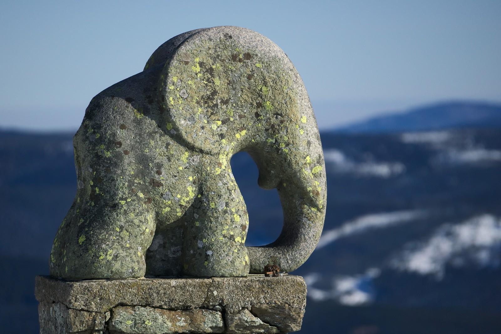 Kousek pod vrcholem je socha Slůněte