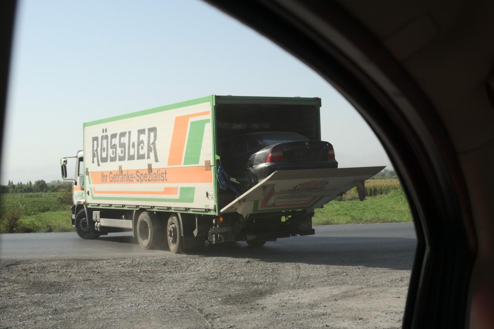 Takhle se v Tadžikistánu převáži auta :D