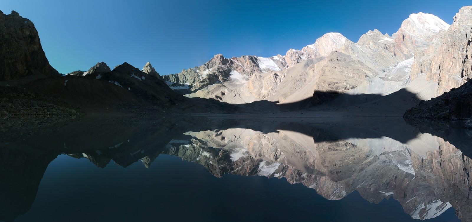 Ráno se jezero krásně leskne