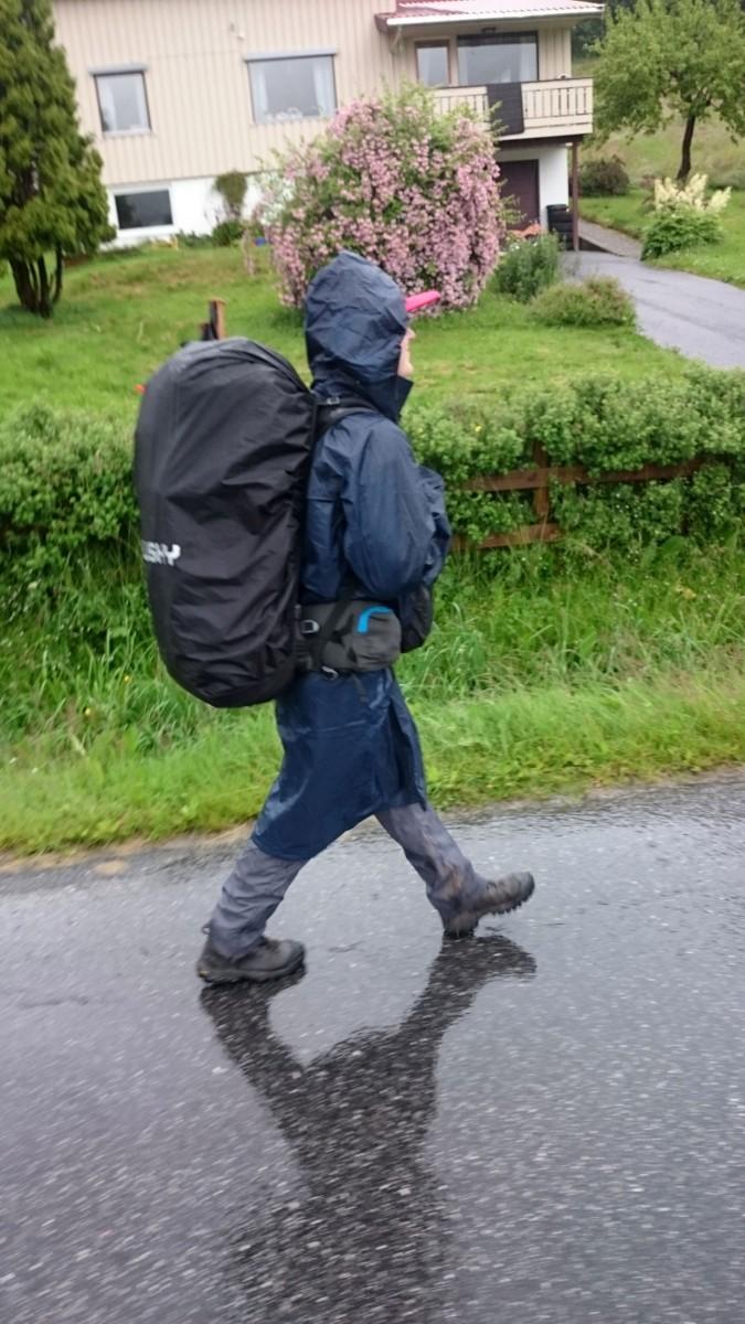 Cesta přes Isfjorden, Verča chtěla na chvilku můj batoh :)