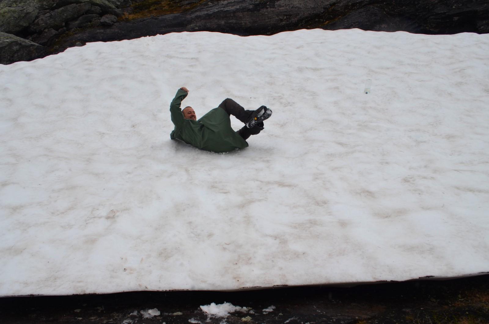 Klouzačka na sněhu :) Na pláštěnce se jezdí fakt luxusně!