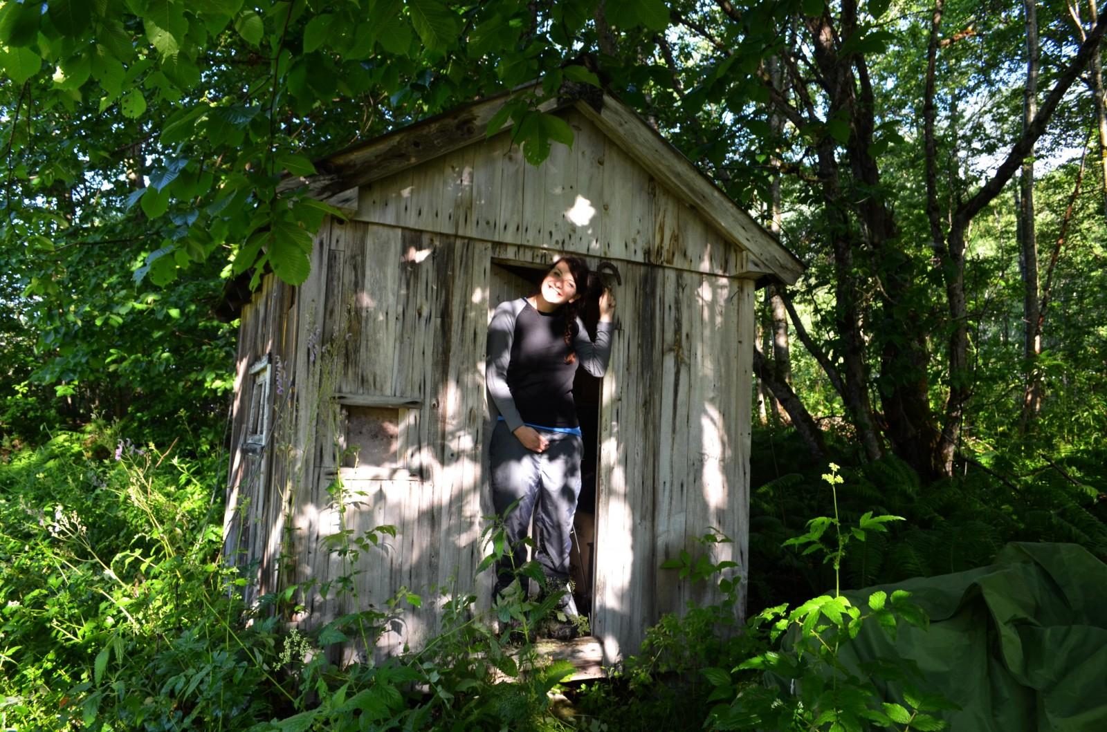 Tahle plesnivá bouda nás den předtím zachránila před deštěmi. Na poličce plechovka od coly r.2002, náboje a na posteli citronek, několik let stary :D Raději jsme uvnitř spali ve stanu :D