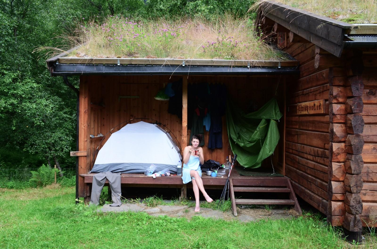 Ranní hygiena a sušení věcí před chatou Eiriksvollen